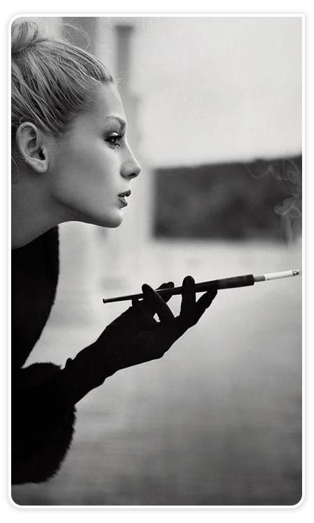vrouw met een sigarettenpijpje